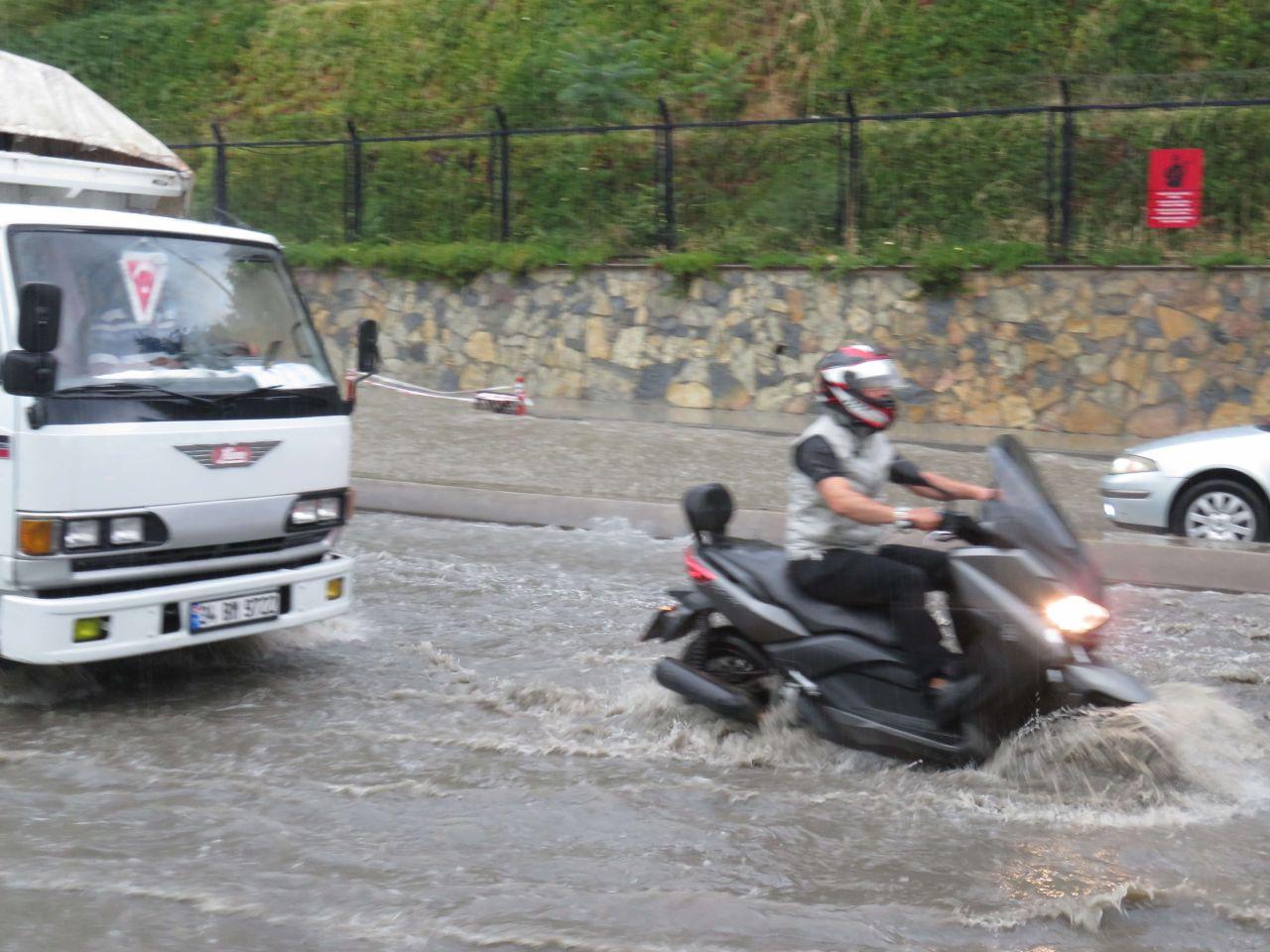 Yurdun dört bir yanı sağanak yağışa teslim oldu yollar göle döndü iş yerlerini su bastı
