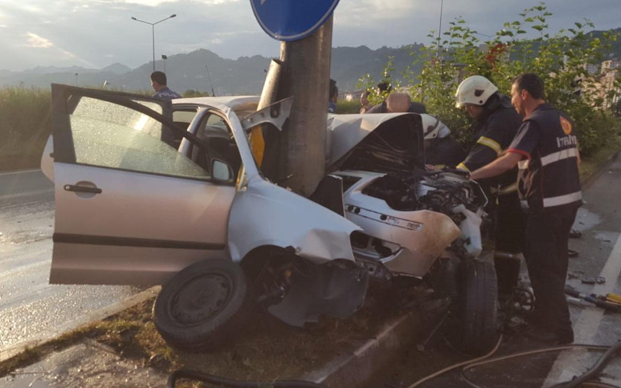 Rize'de akılalmaz kaza otomobil direğe çarptı bu hale geldi