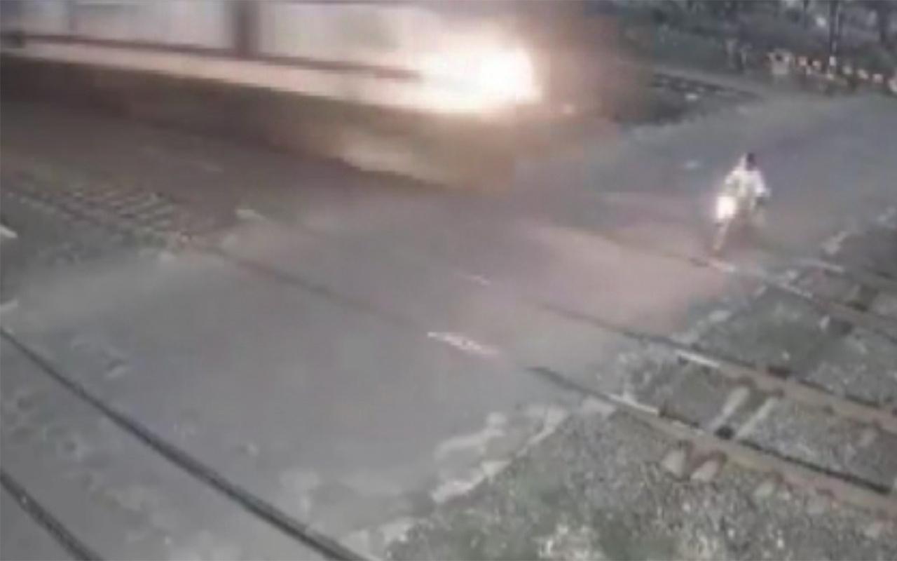 Hindistan'da tren motosikleti biçti