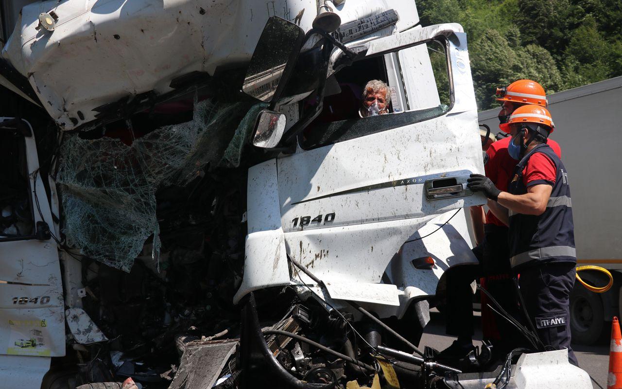 Bolu'da kazanın her bir karesi dehşeti anlattı TIR sürücüsü içeride sıkışıp kaldı