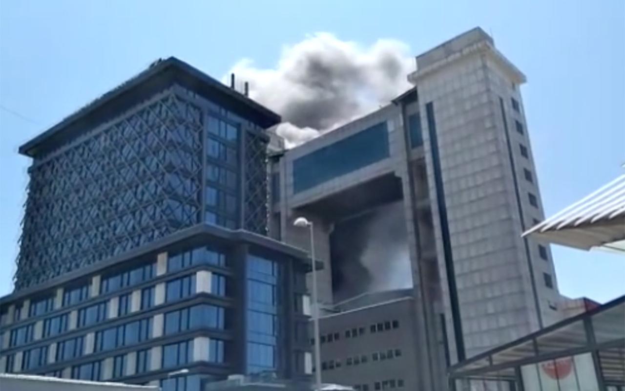 Bayrampaşa'da Mehmet Akif Ersoy Kültür Merkezi'nde yangın