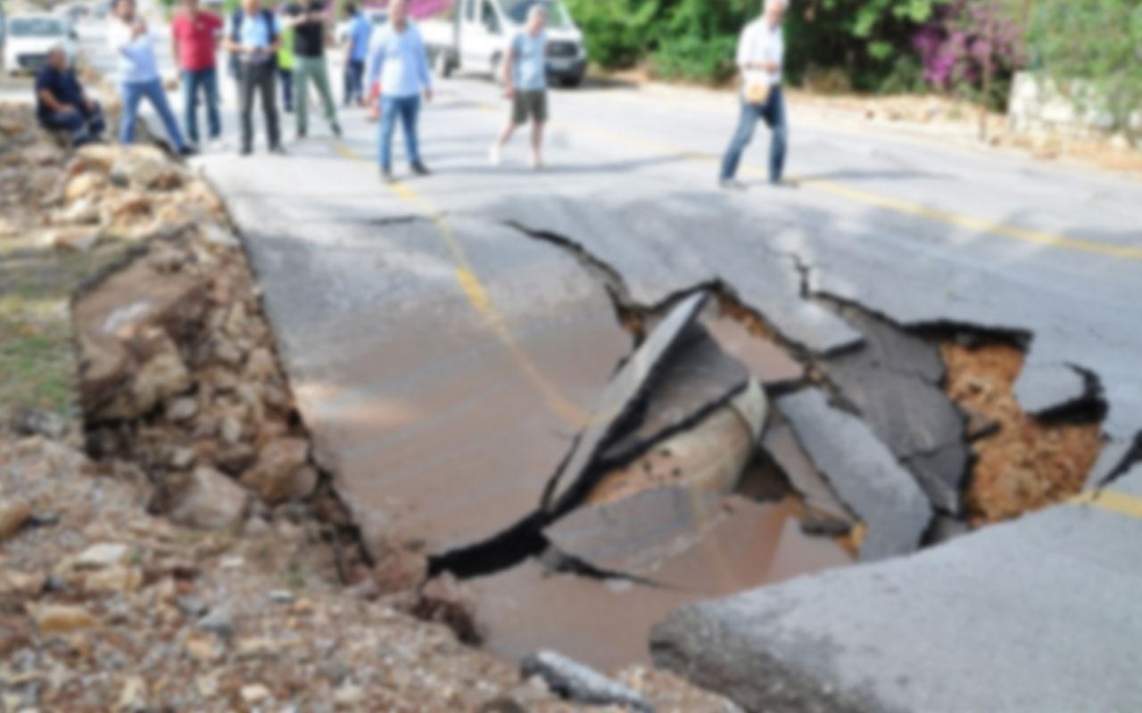 Bodrum'da korku dolu dakikalar! Yolda göçük oluştu evleri su bastı