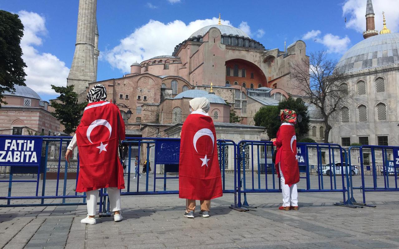 Danıştay'ın Ayasofya kararını duyanlar kutsal mekan önünde toplandı