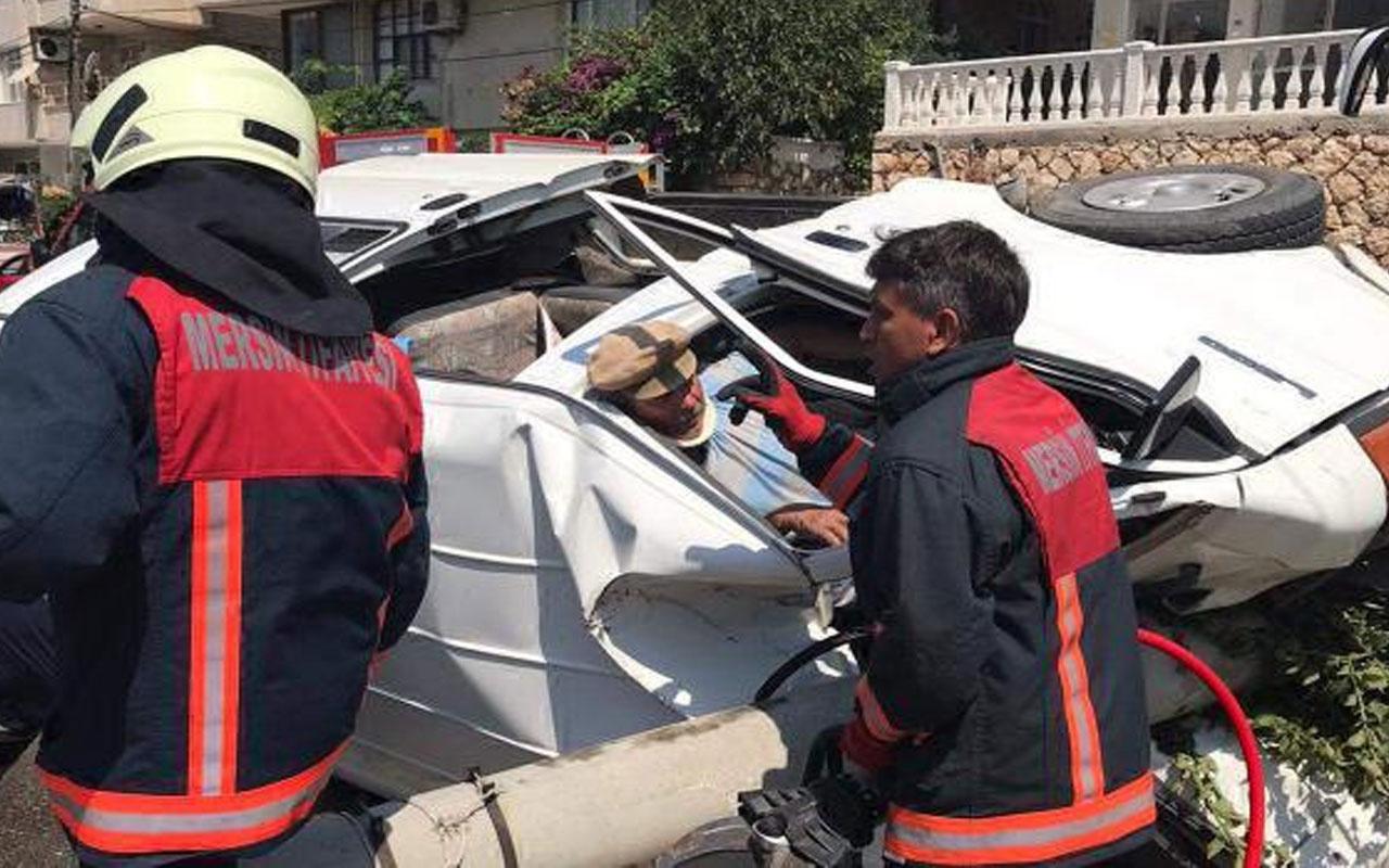 Mersin'de direğe çarpan minibüs devrildi