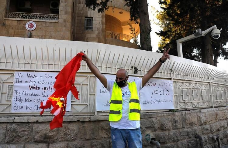 Kudüs'te Türk bayrağını ateşe verdiler! Ayasofya'nın cami yapılması kudurttu