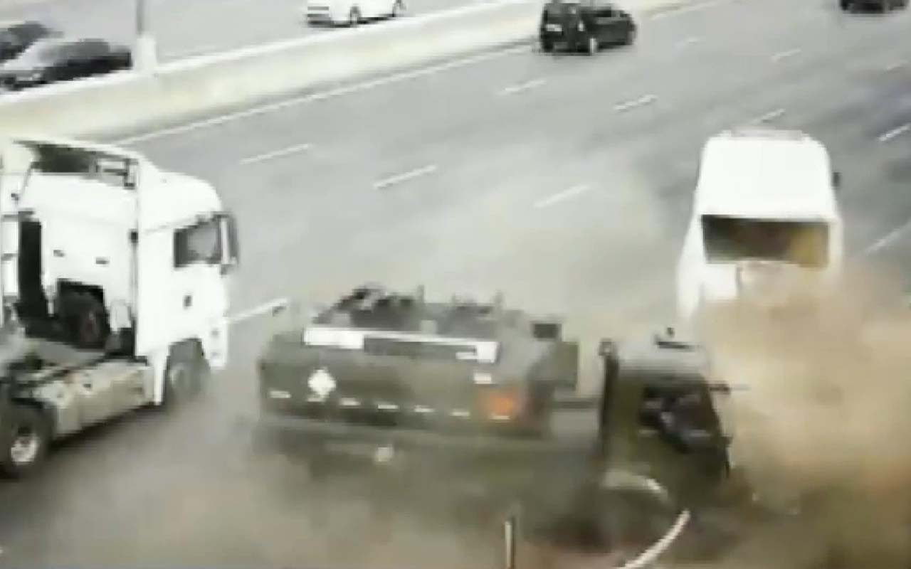 Korkunç kaza! Yakıt tankeri yolcu otobüsüne çarptı
