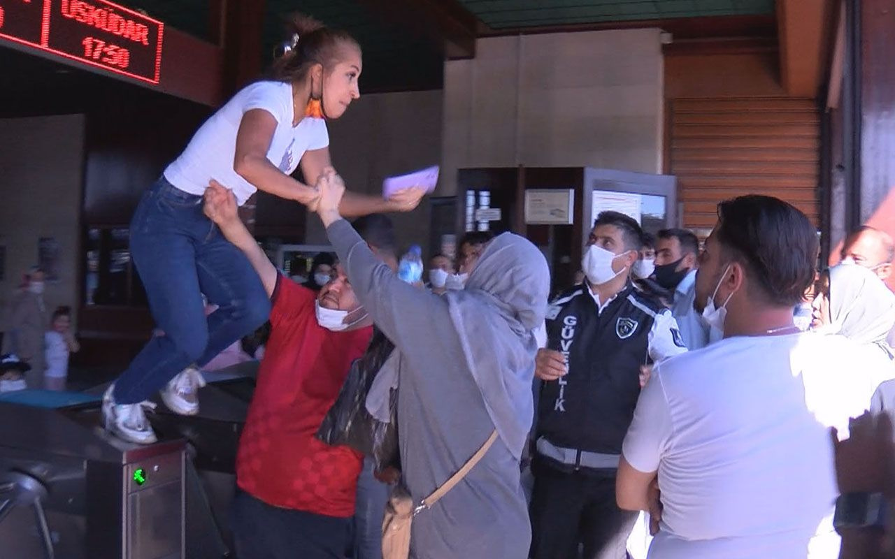 Eminönü İskelesi'nde iki kadın birbirine girdi güvenlik görevlisi araya girdi