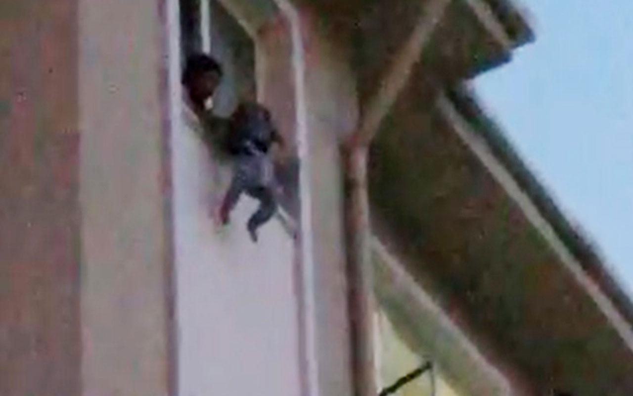 Çocuğunu pencereden sarkıtıp 'atayım mı' diye bağıran kadını polis engelledi