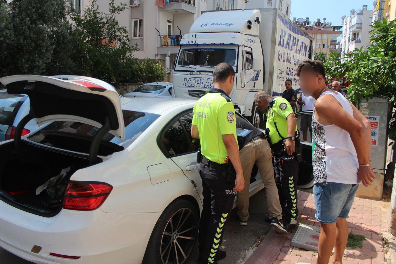 Filistinli genç Antalya'ya birbirine kattı! Üstüne araba sürdüğü polislere mafya zannetmiş