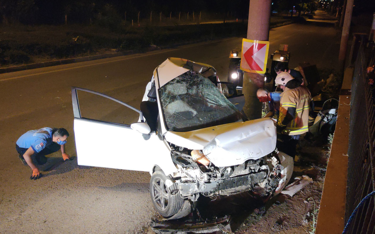 Bursa İnegöl'de otomobil beton direğe çarptı: 3 ölü, 1 ağır yaralı