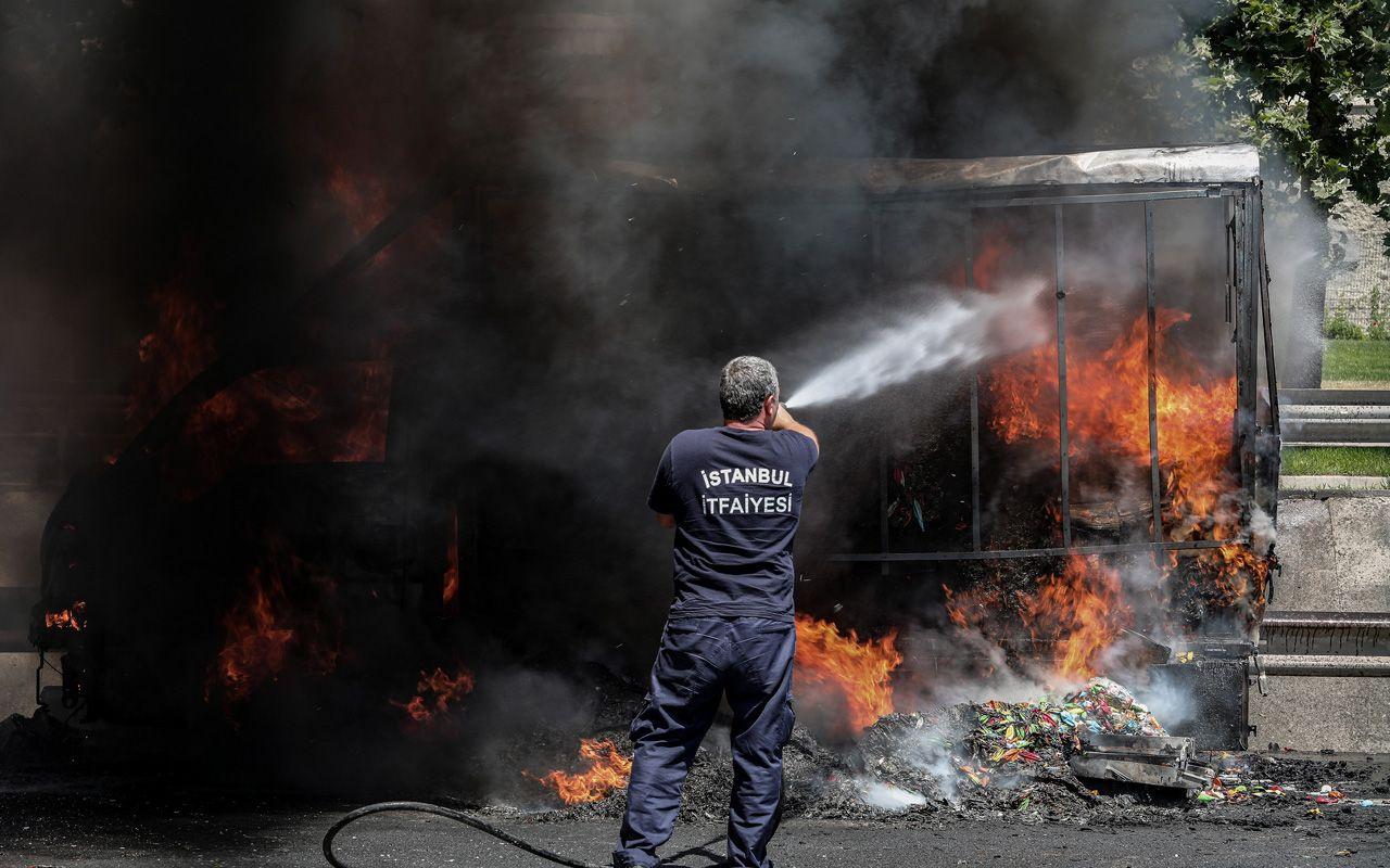 Fatih Sultan Mehmet Köprüsü'nde yangın korkuttu! Balon yüklü kamyonet alev aldı
