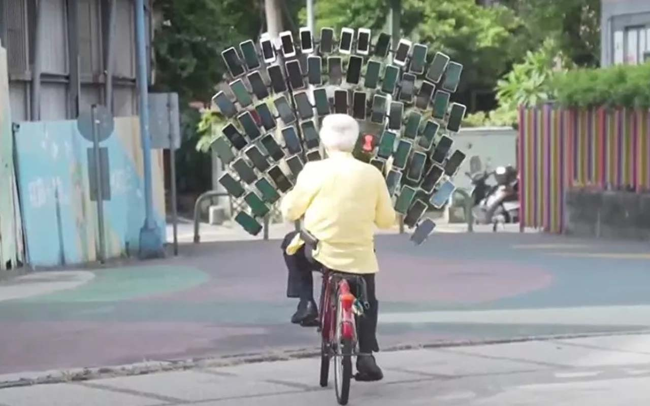 64 akıllı telefonu bisiklete bağlayarak Pokemon Go oynayan Tayvanlı dede