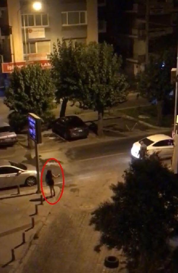 İzmir'de sokak ortasında fuhuş rezaleti! Arabaların içinde...