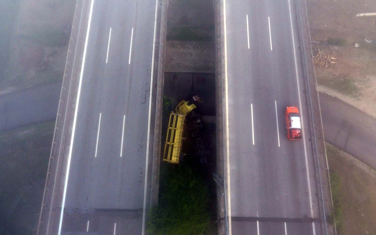 Anadolu Otoyolu'nda biber yüklü tır köprüden düştü: 2 yaralı