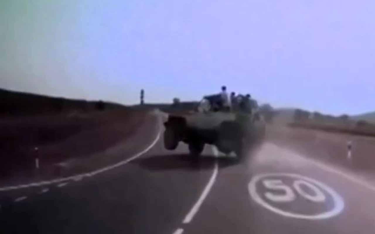 Rusya'da arazi aracı devrildi turistler yol kenarına savruldu