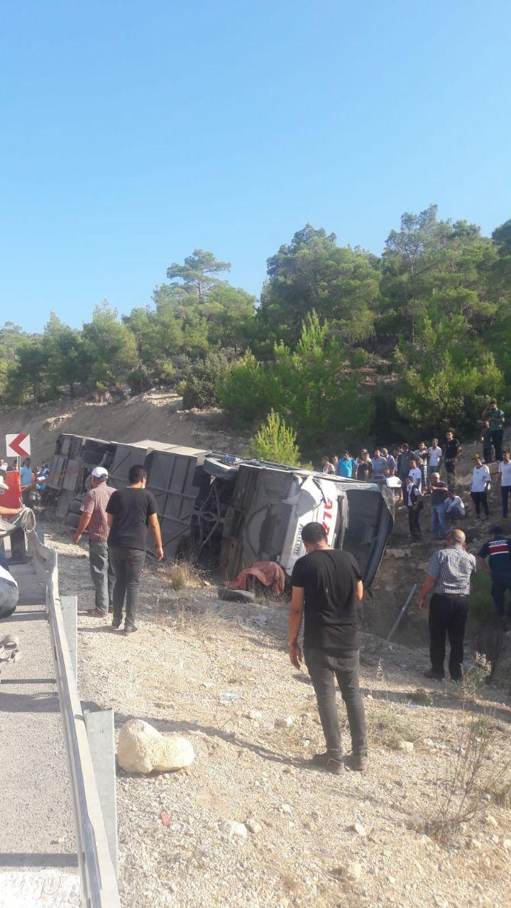 Mersin'de askerleri taşıyan otobüs devrildi: Çok sayıda yaralı var ...
