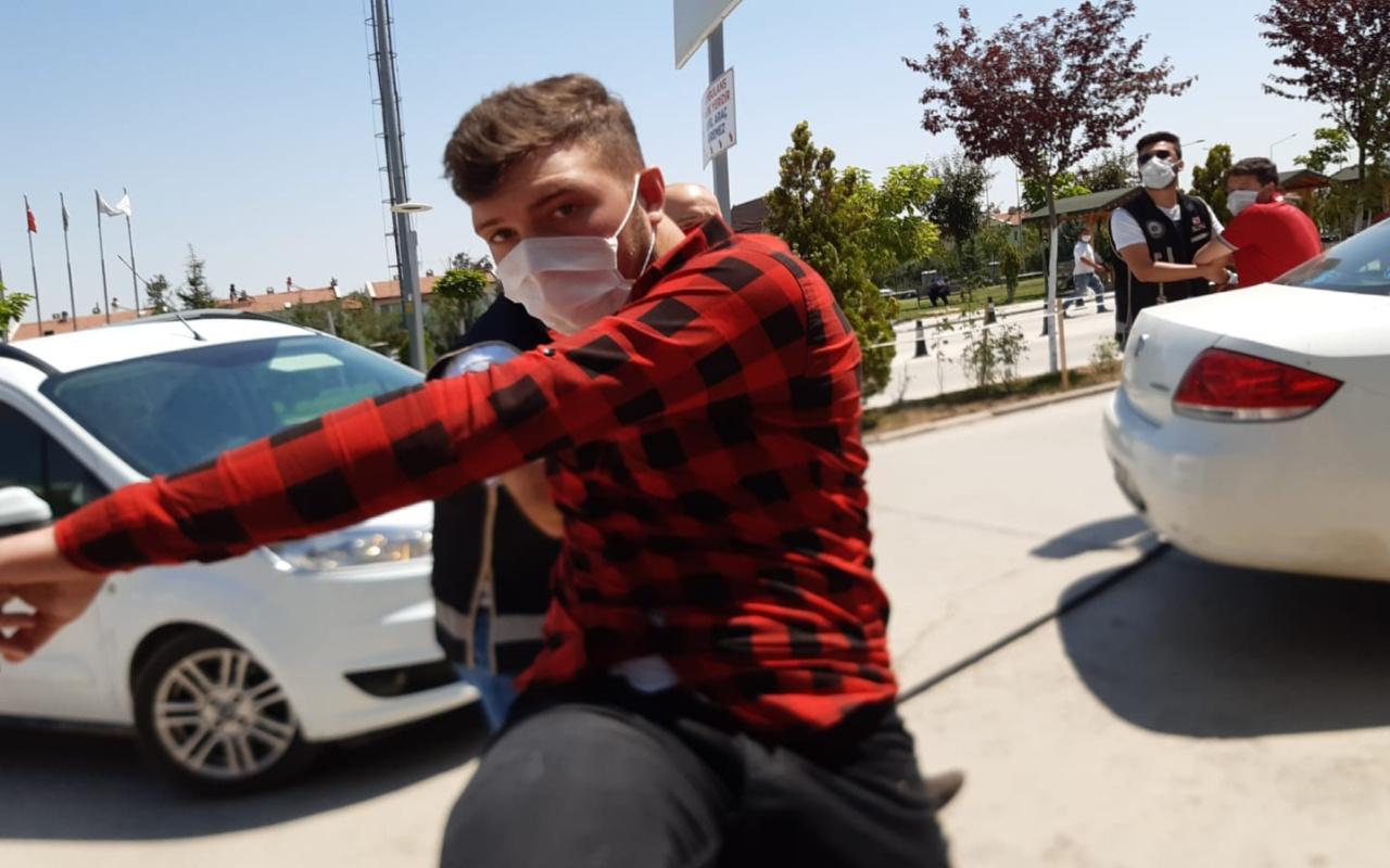 Afyonkarahisar'da kalpazanlar kendilerini görüntüleyen kameramana saldırdı