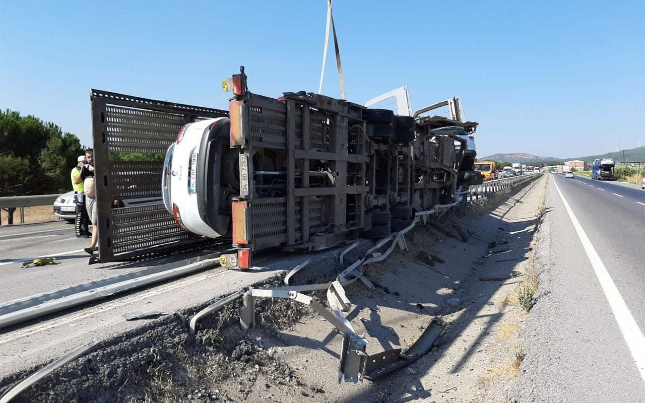 Susurluk'ta 8 otomobili taşıyan TIR devrildi