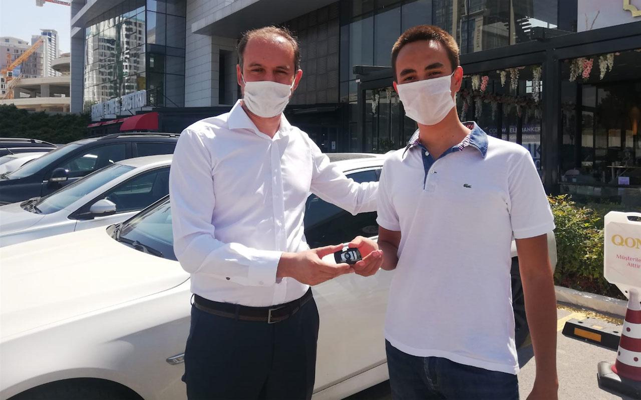 Türkiye birincisi öğrencisine lüks otomobilini hediye etti