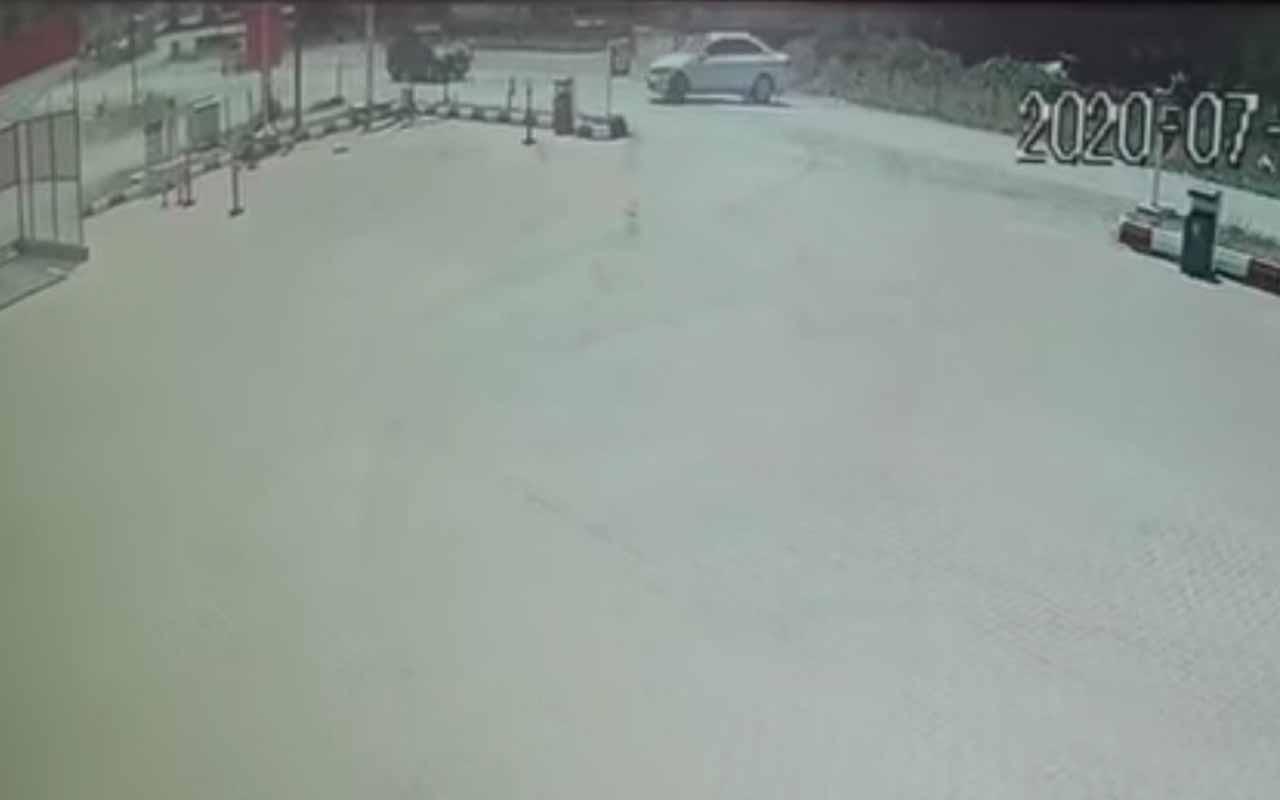 Kastamonu'da iki otomobilin hurdaya döndüğü anlar güvenlik kamerasında