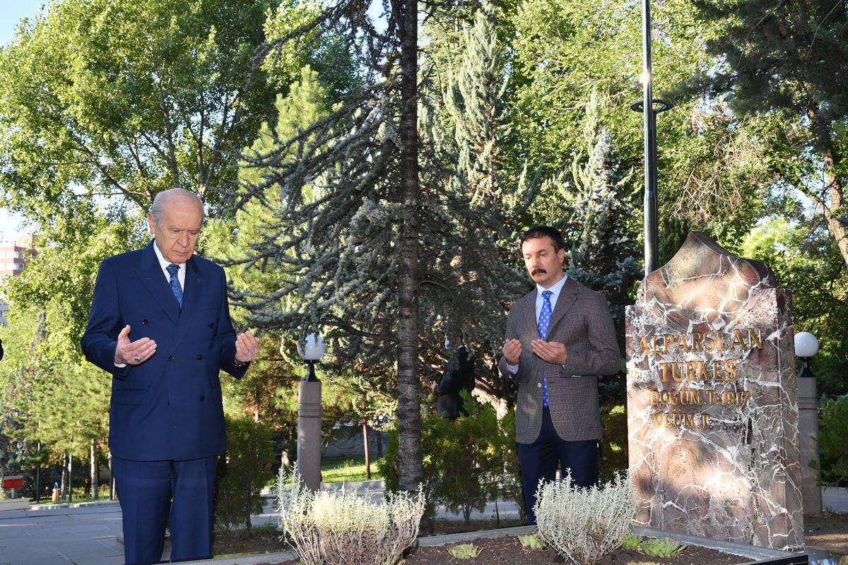 MHP lideri Bahçeli Kurban Bayramı'nın ilk ziyaretini Başbuğ Türkeş'e yaptı