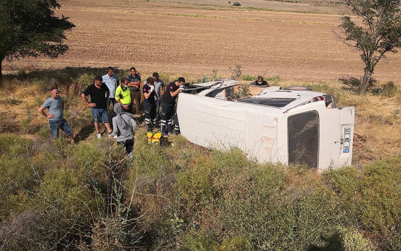 Aksaray'da kamyonet şarampole devrildi, sürücü kabinde sıkıştı