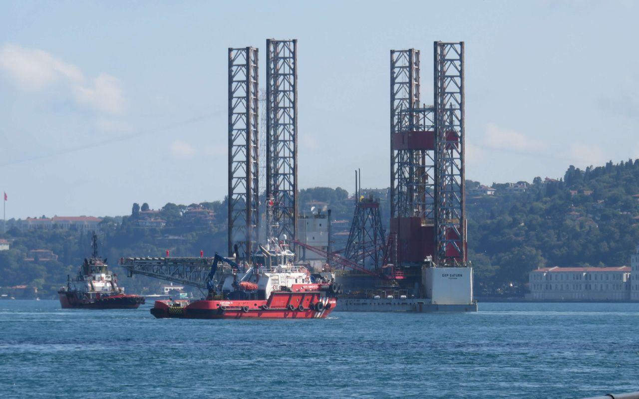 Devasa petrol platformu İstanbul Boğazı'na indi Karadeniz'e geçiş yaptı
