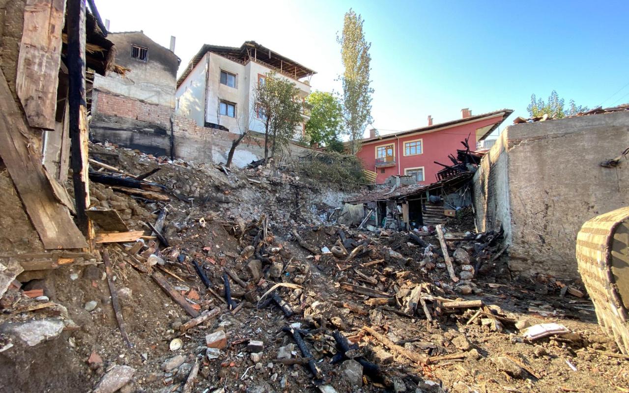 Çorum'da 4'ü çocuk 5 kişinin öldüğü yangın kümeste pürmüz yakılması sonucu çıkmış