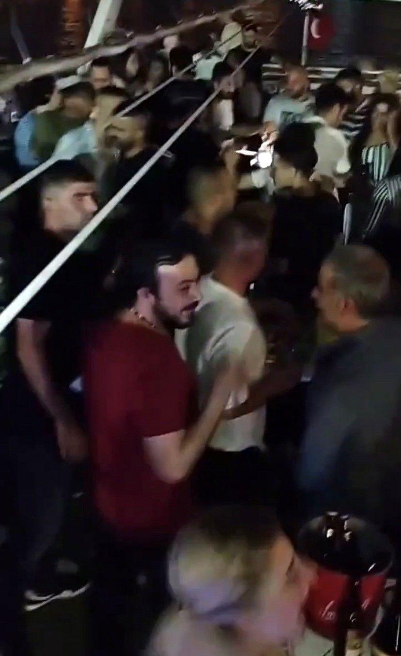 """İstanbul Boğazı'nda salgına rağmen """"dansözlü"""" yat partisi"""