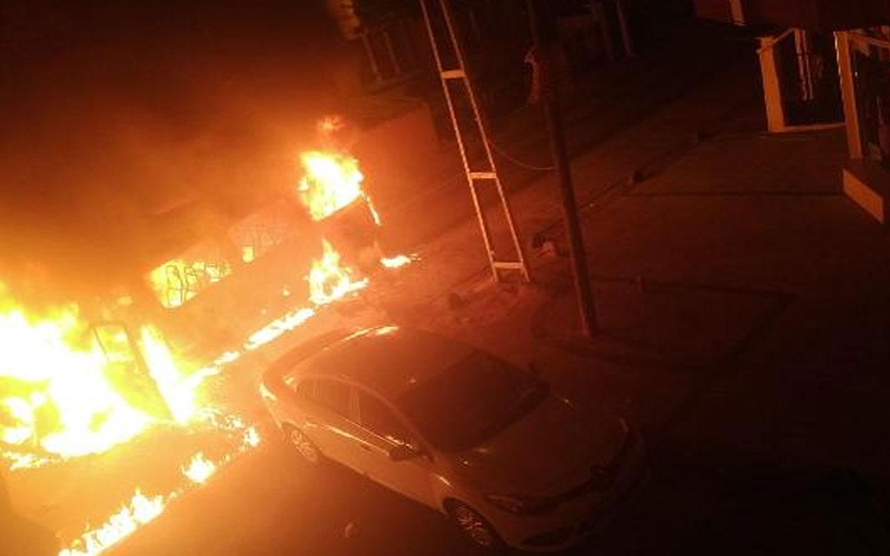 Küçükçekmecece'de servis minibüsü alev alev yandı! 3 kişi son anda kurtuldu