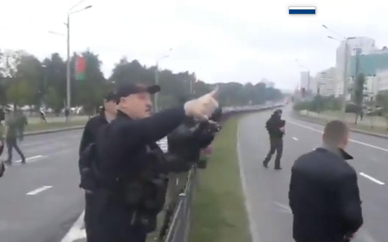 Aleksandr Lukaşenko silah kuşandı