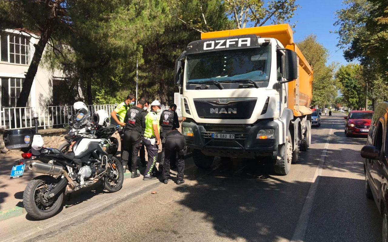 Bursa'da kamyonet motorsiklete çarptı! 1'i çocuk 3 ölü