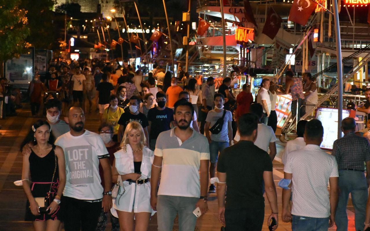 Marmaris'te gündüz plajlardaki 'eğlence' akşam caddede devam ediyor