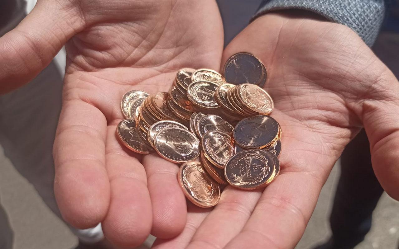 İzmit'te bir kişi arabasında bir avuç dolusu altın buldu sahibini arıyor