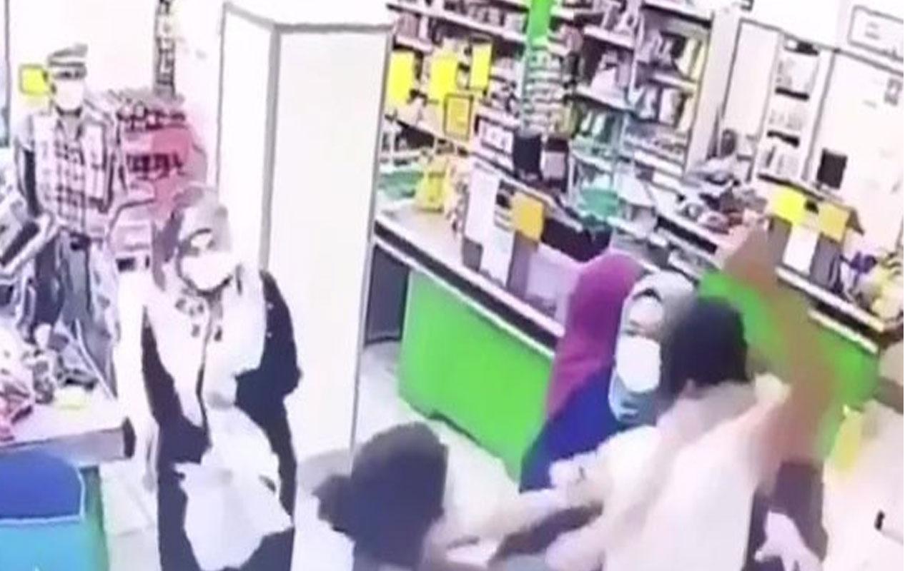 Sancaktepe'de markette feci olay! Kadın çalışanları yumrukladı