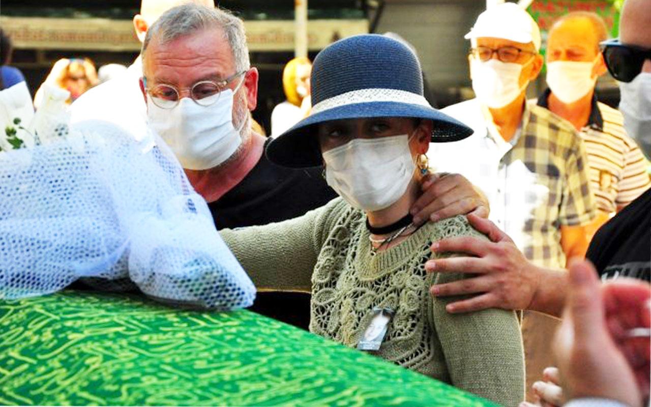 Demet Evgar'ın acı günü babaanesinin cenazesinde gözyaşlarına boğuldu
