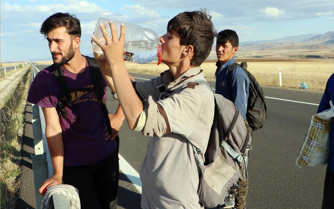 Afganistanlı kaçak göçmenlerin 'umut yolculuğu' görüntülendi