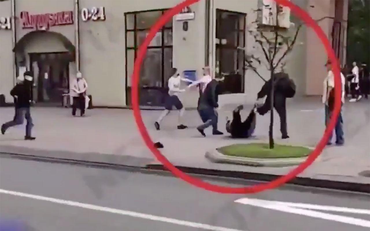 Belarus'ta KGB ajanları sokakta feci şekilde dövüldü! Göstericiyi kaçırmak istediler