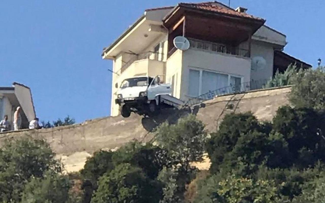 Bursa Gemlik'te yoldan çıkan kamyonet uçurumda askıda kaldı