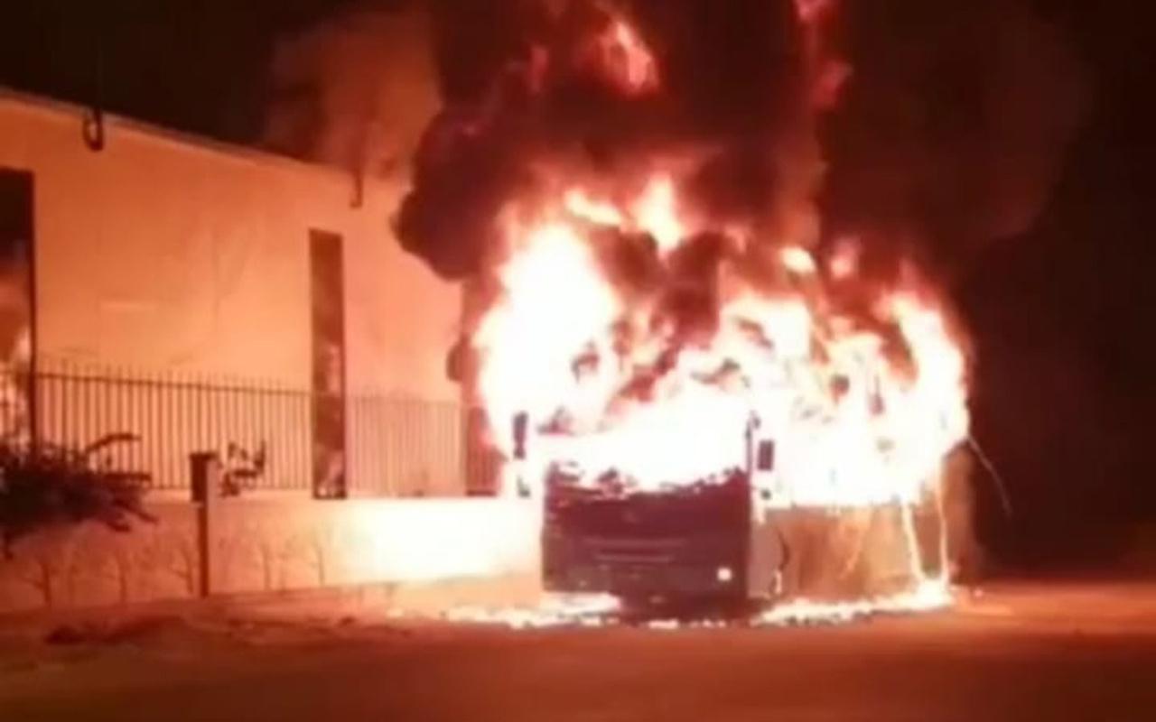 Antalya'da halk otobüsü çıkan yangında kullanılmaz hale geldi