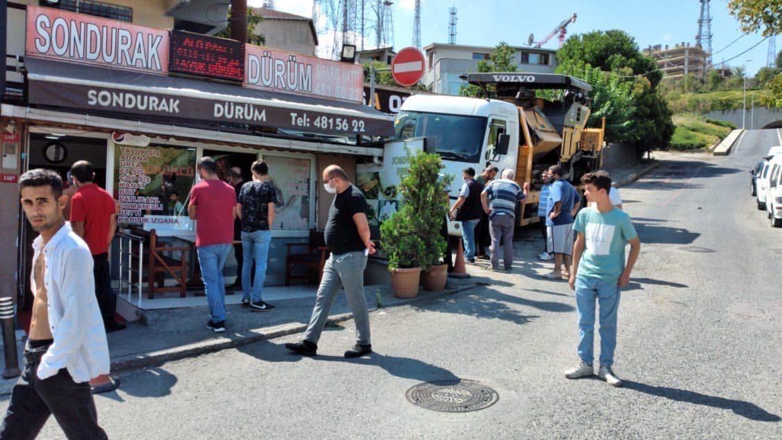 Üsküdar'da çekicinin çarptığı otomobil kebapçıya girdi