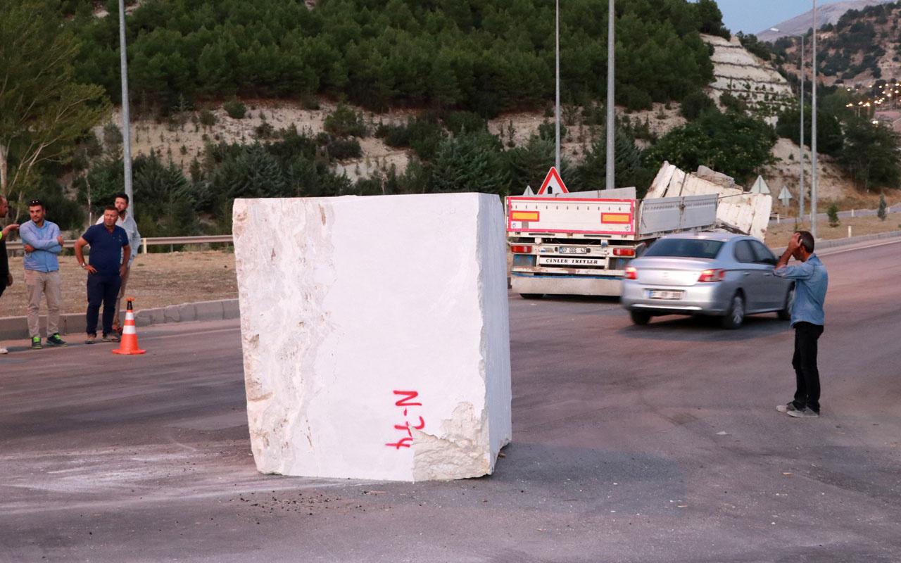 Burdur'da TIR'dan 18,7 tonluk mermer blok yola düştü
