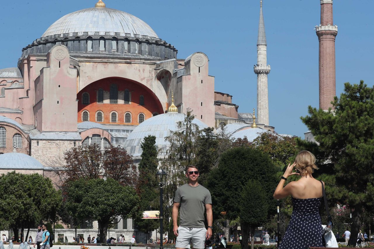İstanbul'da turistler bile koronavirüs önlemlerini takmıyor