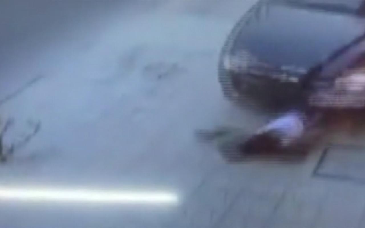 İzmir'de kaldırımda oturan genç kıza otomobil çarptı