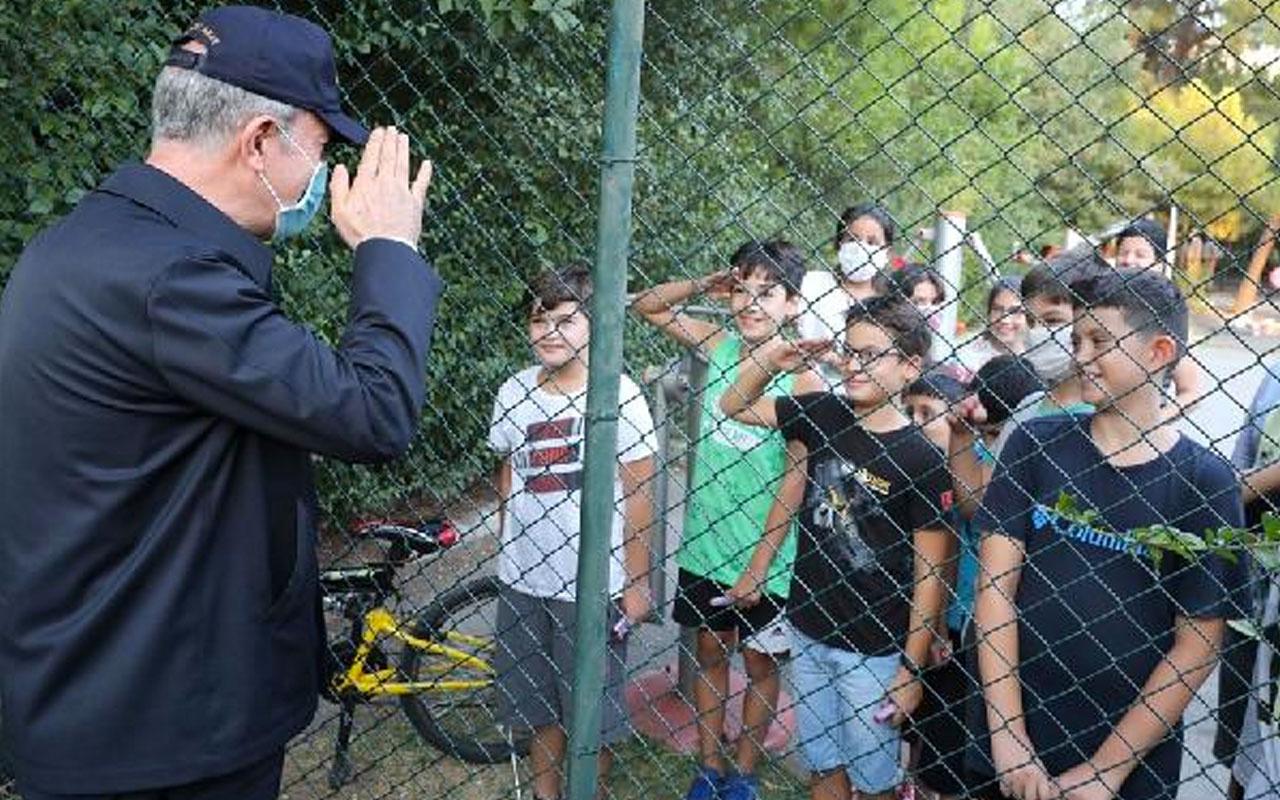 Bakan Hulusi Akar'dan İzmir'de çocukların asker selamına karşılık renkli görüntüler