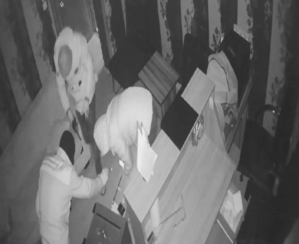 2'inci kattan düşen, tuvalet penceresinden kaçmaya çalışan hırsızlık şüphelileri kamerada
