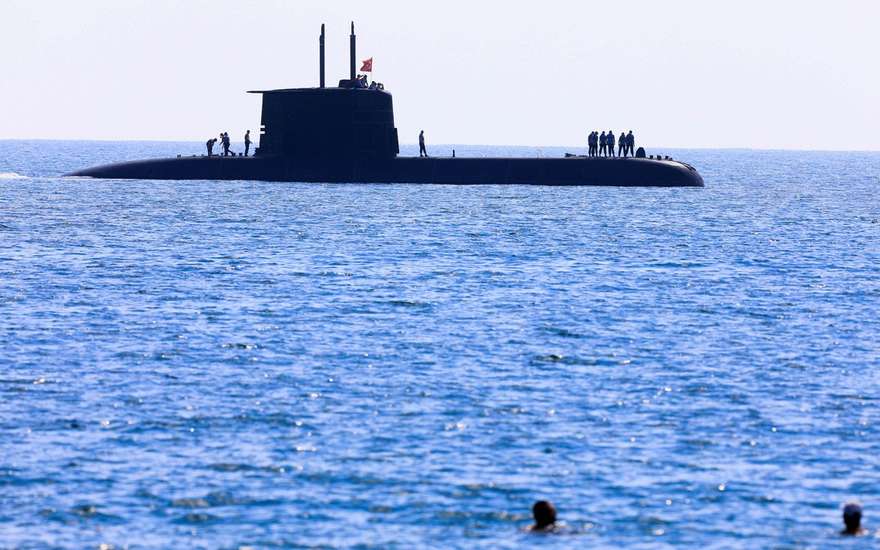 Antalya'da ilgiyle izlediler! Türk denizaltısı Konyaaltı sahilinde yüzeye çıkınca...