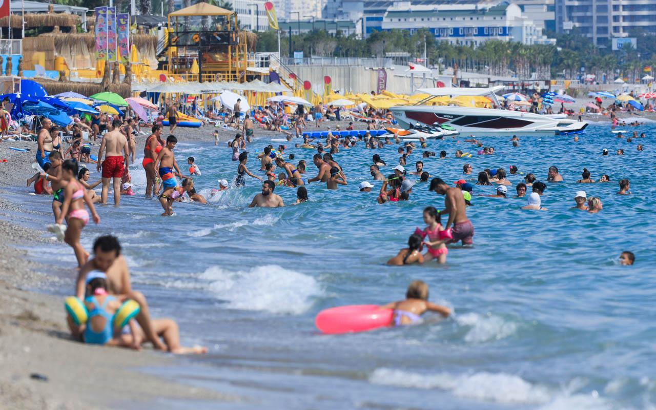 Antalya Eylül ayında Temmuz havası yaşattı nemden bunalan soluğu denizde aldı