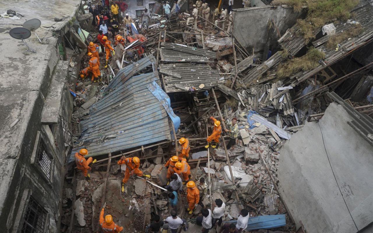 Hindistan'da bina çöktü: 20 kişi mahsur kaldı, 8 ölü