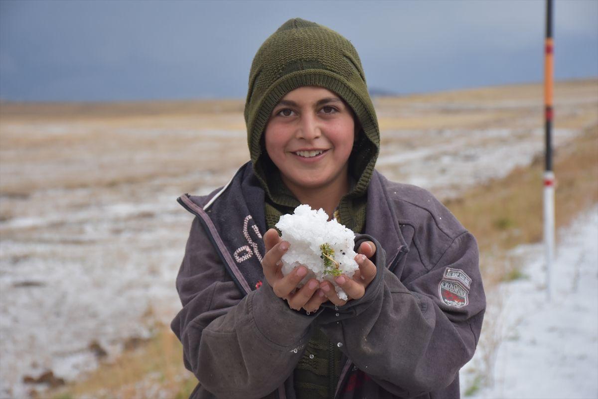 Kars eylülde beyaza büründü! Dolu yağışı kent merkezinde hayatı durdurdu
